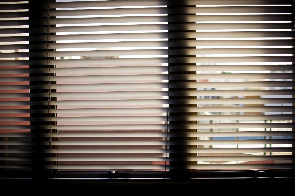 Okno z przysłoniętymi żaluzjami