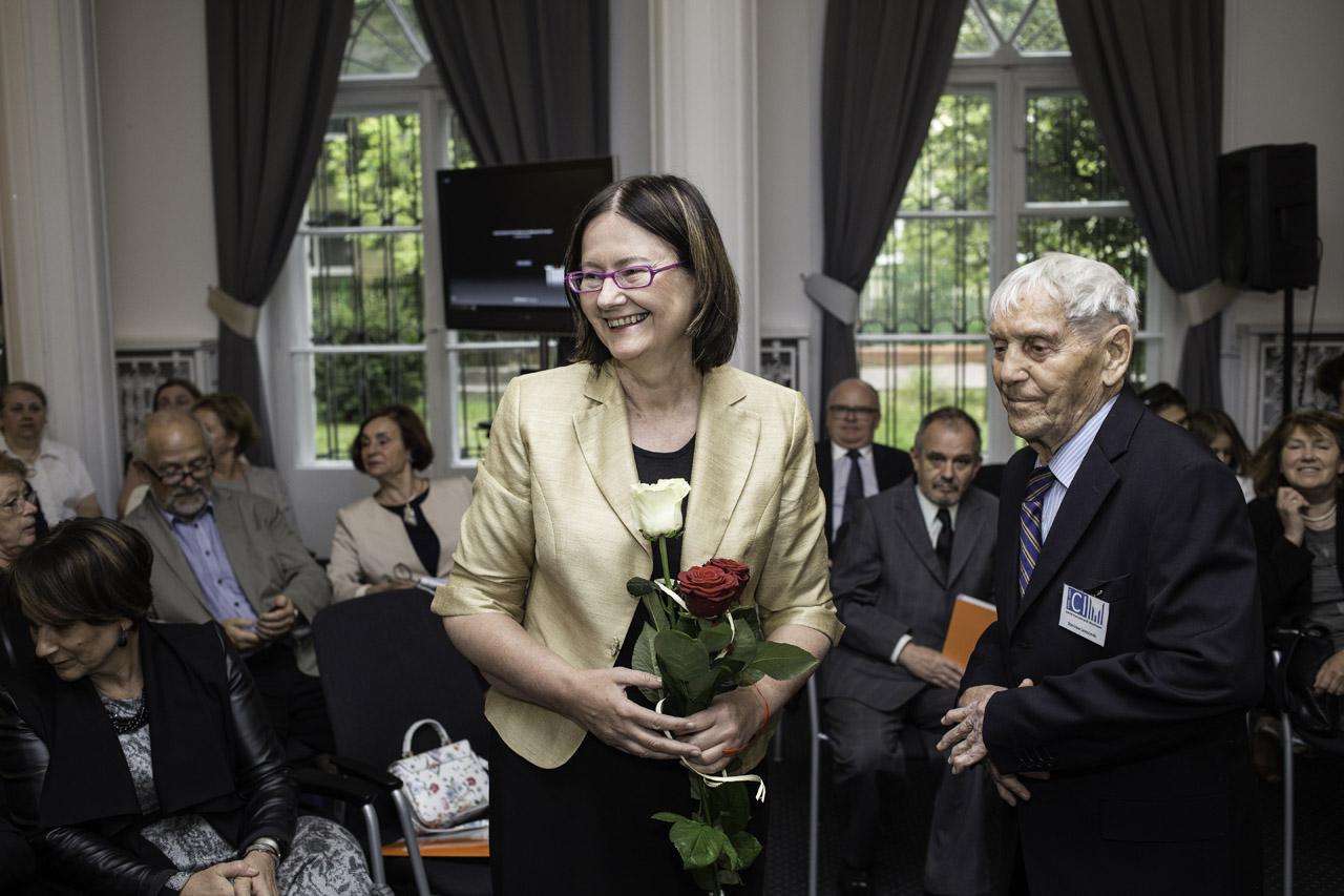 na zdjęciu Rzecznik Praw Obywatelskich i były więzień obozu Mauthausen-Gusen oraz uczestnicy spotkania