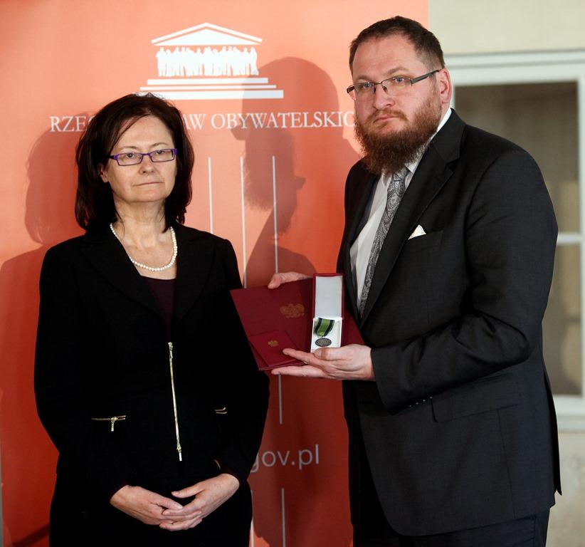 na zdjęciu prof. Lipowicz i Piotr Cywiński nagrodzony odznaką honorową RPO