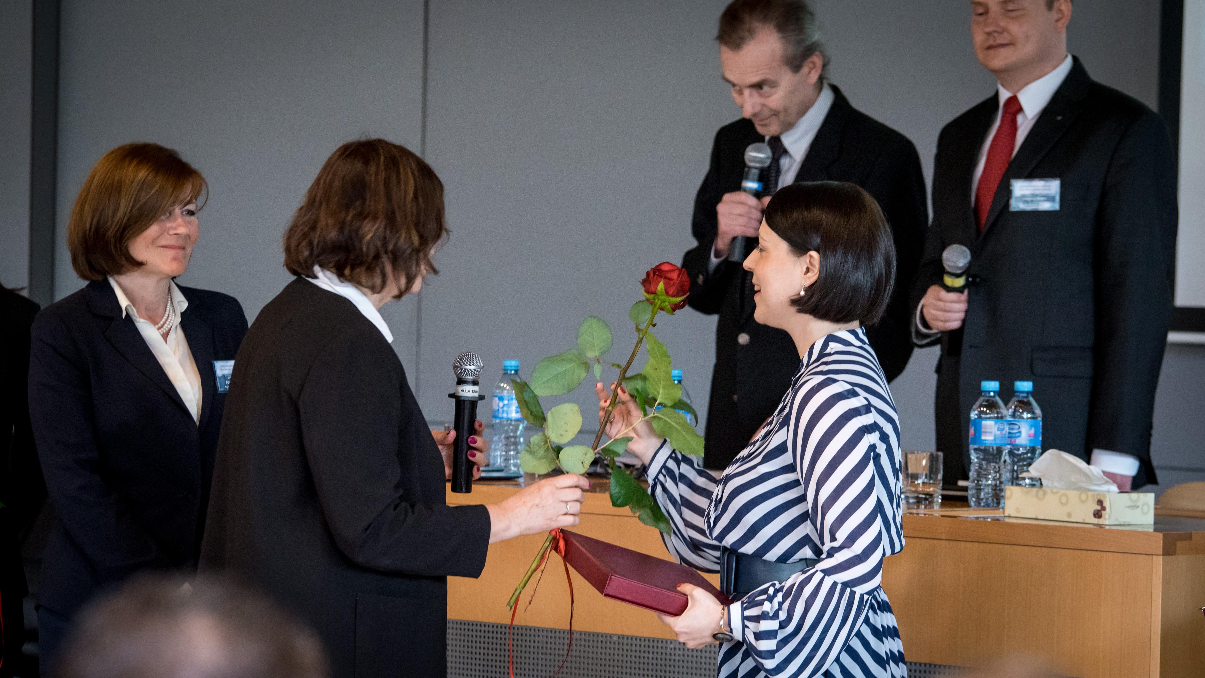 Wręczenie nagrody Annie Błaszczak-Banasiak. Foto: Orest Tabaka