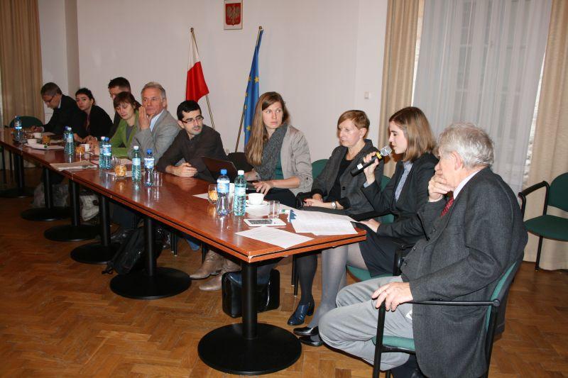 Zdjęcie: grupa ludzi przy stole
