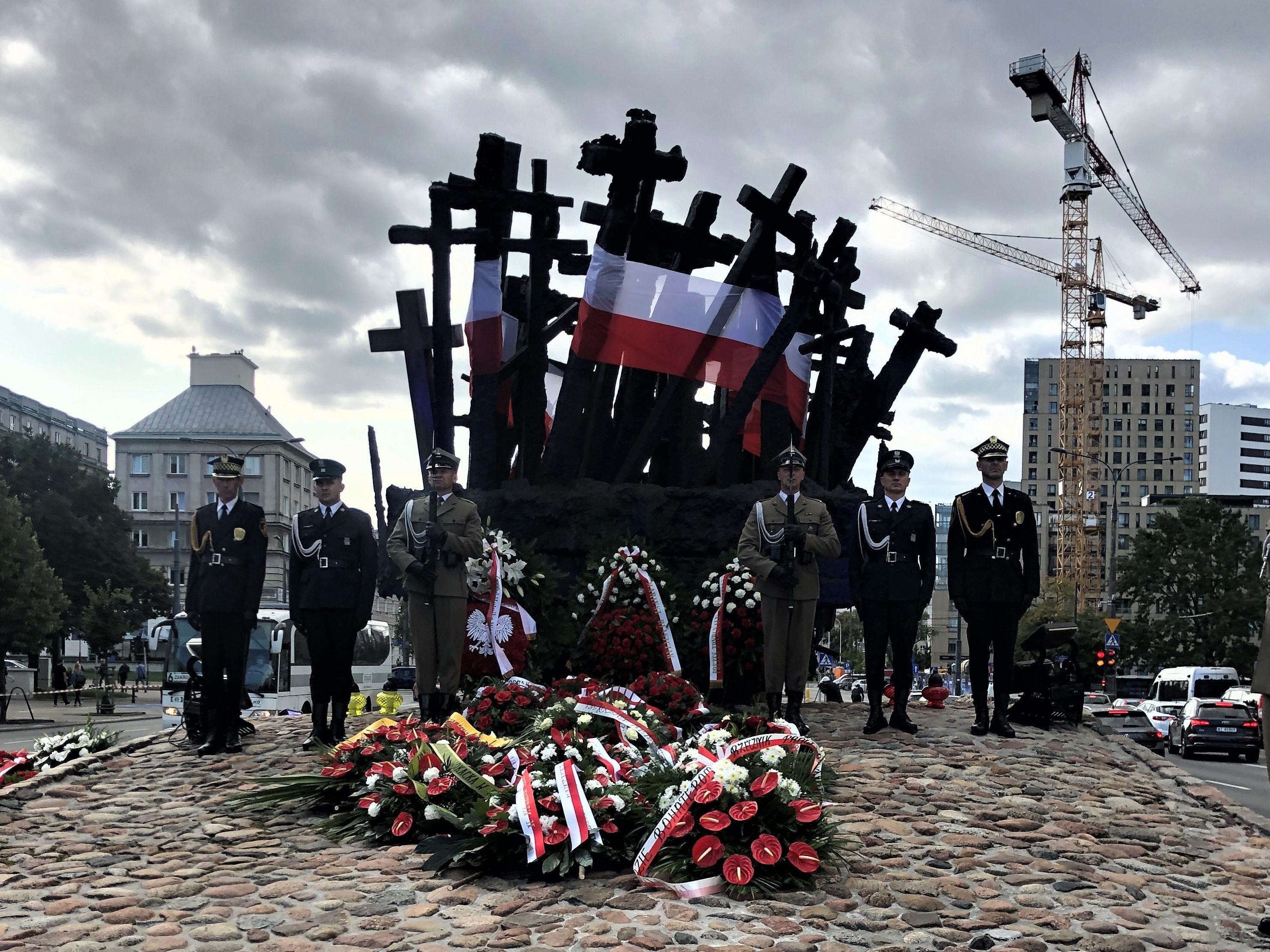 wieńce pod pomnikiem z krzyży