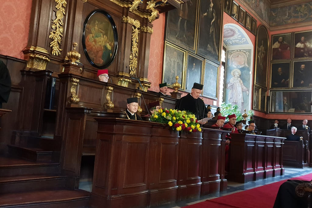 Sala senatu uczelni, przemawia rektor
