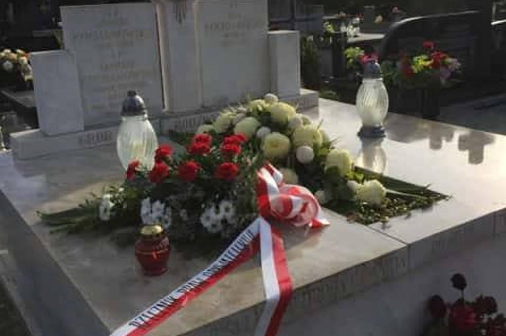 Na grobie wieniec z biało-czerwoną szarfą i napisem Rzecznik Praw Obywatelskich