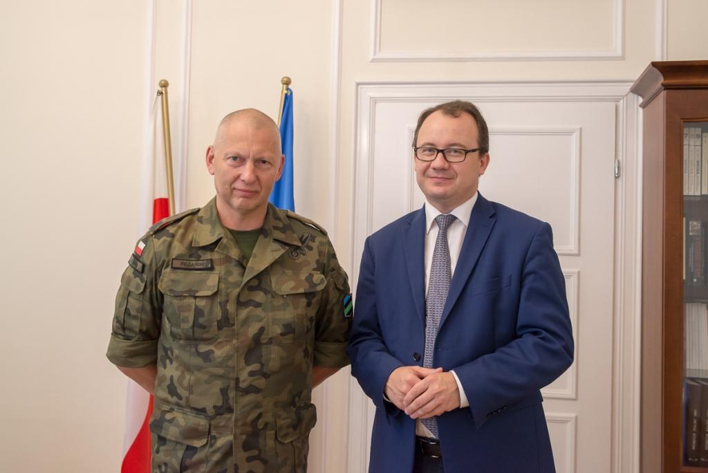 zdjęcie: mężczyzna w wojskowym mundurze i mężczyzna w garniturze stoją