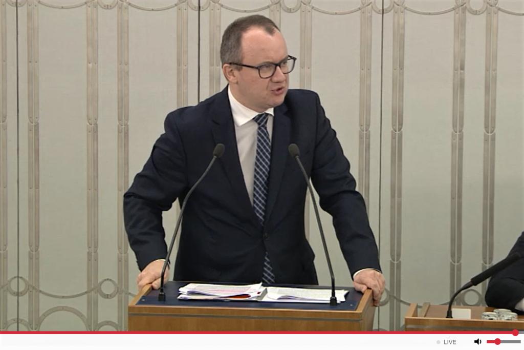 Osoba przemawia podczas deabty w wyższej izbie polskiego parlamentu