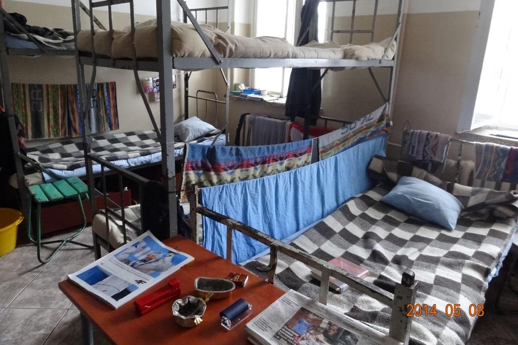 Pomieszczenie z wieloma łóżkami, nieprzytulne