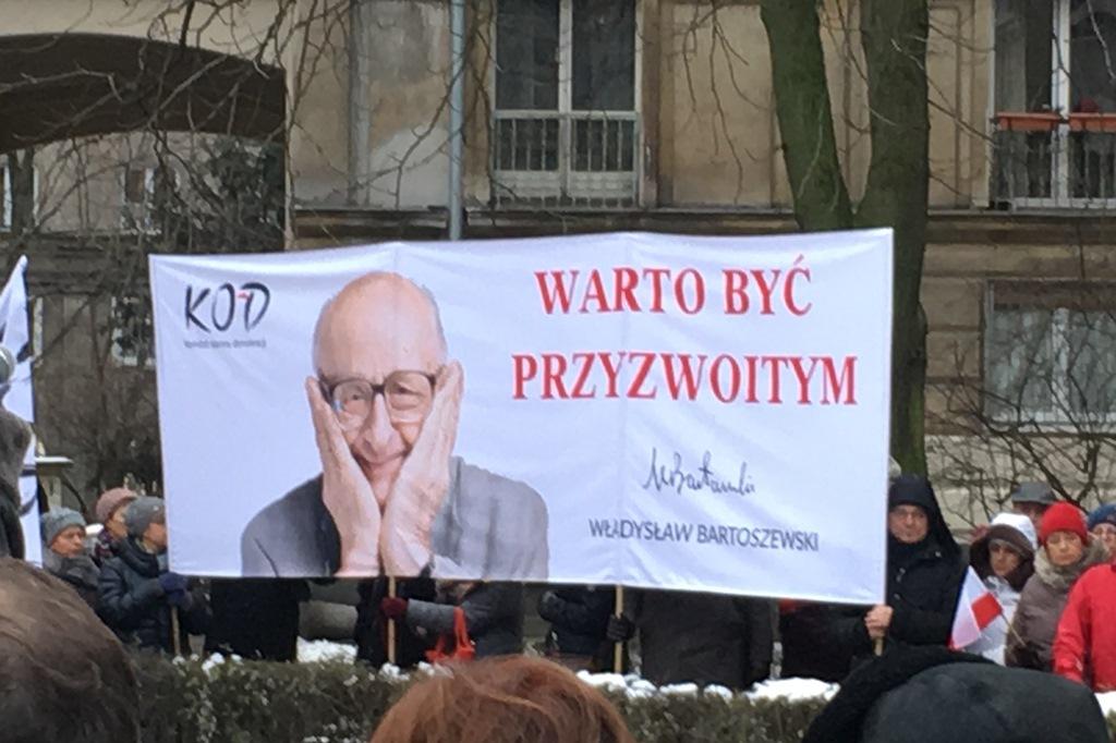 Zdjęcie: domy z lat 50. i banner z wizerunkiem Władysława Bartoszewskiego