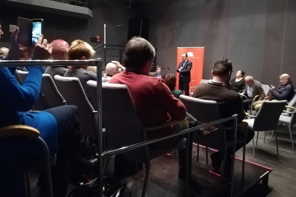 Grupa ludzi na małej sali teatralnej