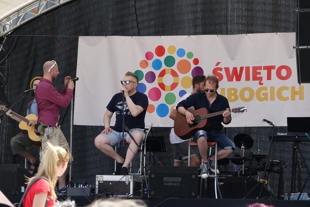 Zdjęcie: zespół muzyczny na scenie, w tle napis Święto Ubogich