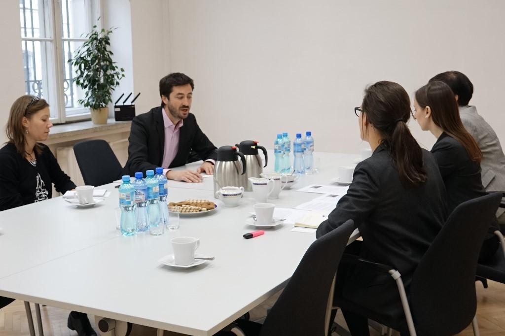 zdjęcie: przy stole siedzą cztery kobiety i jeden mężczyzna