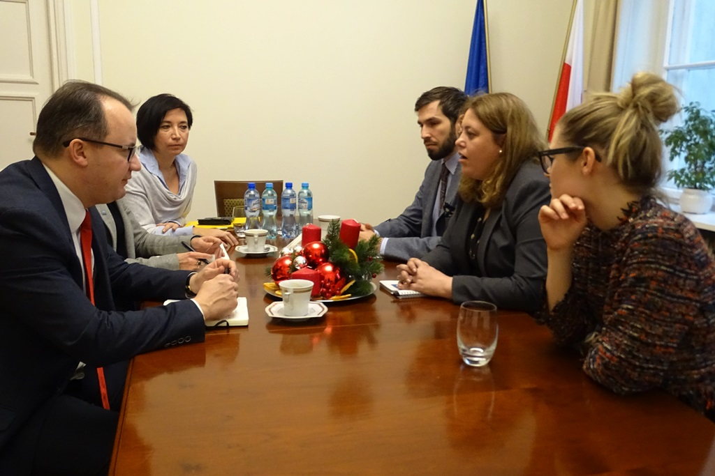 zdjęcie: sześć osób siedzi przy okrągłym stole