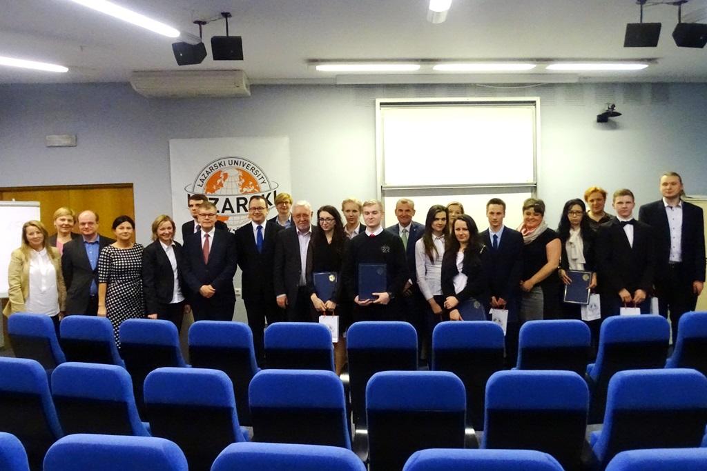 na zdjęciu rzecznik praw obywatelskich z uczestnikami olimpiady, ich opiekunami i organizatorami konkursu