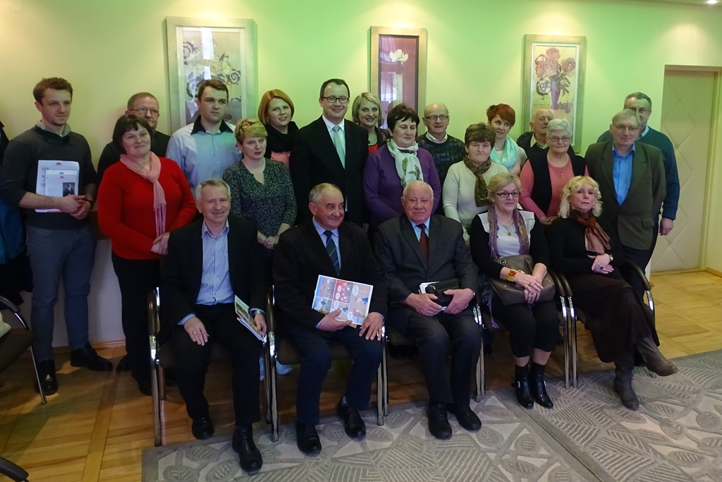 Zdjęcie grupowe: ludzie stoją i siedzą w dwóch rzędach