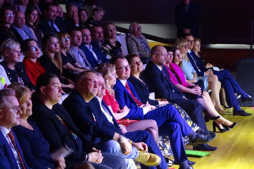 na zdjęciu uczestnicy uczestnicy uroczystości, w pierwszym rzędzie siedzą m.in. Adam Bodnar i Jerzy Owsiak