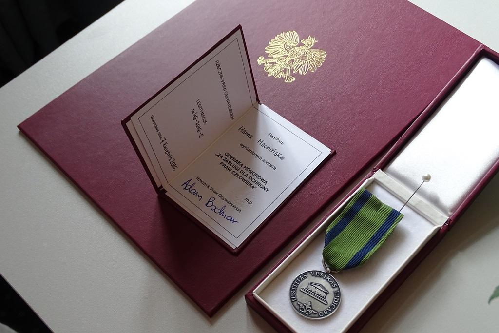 na zdjęciu dyplom i odznaka honorowa RPO