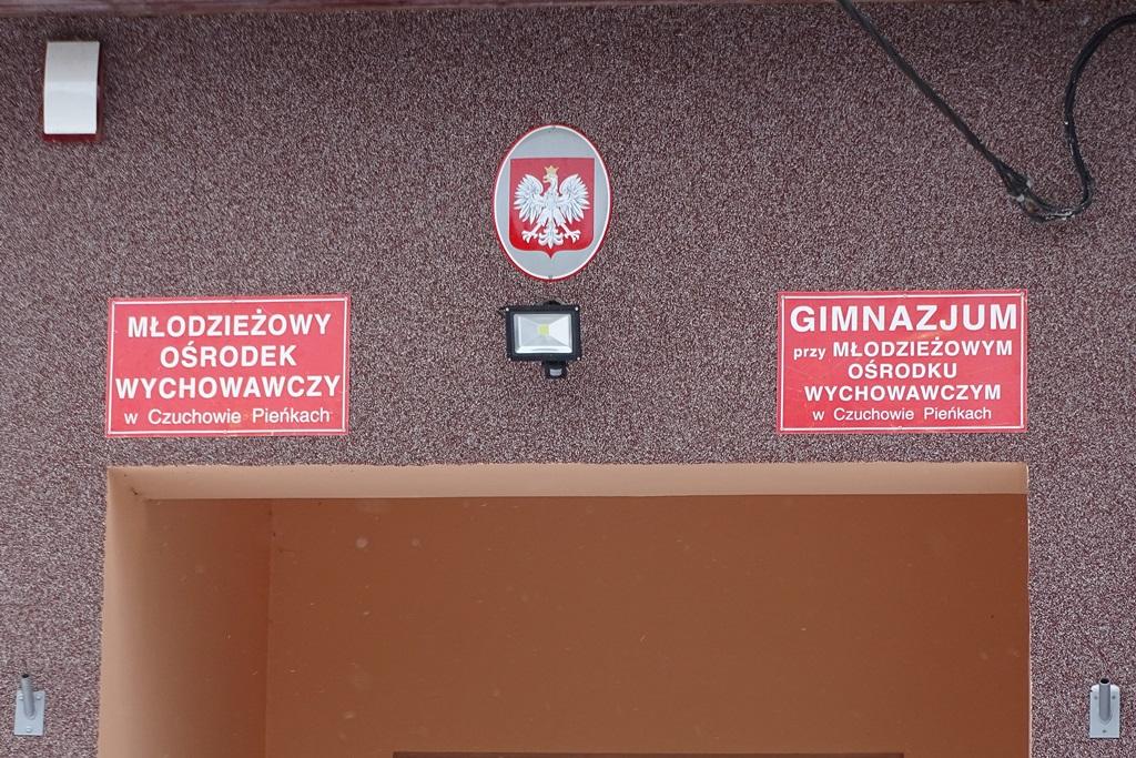 zdjęcie: tablica nad wejściem do młodzieżowego ośrodka wychowawczego