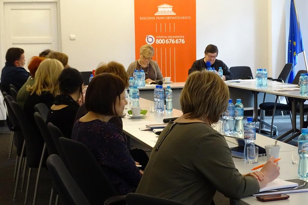 zdjęcie: przy stołach ustawionych w literę U siedzi kilkanaście osób