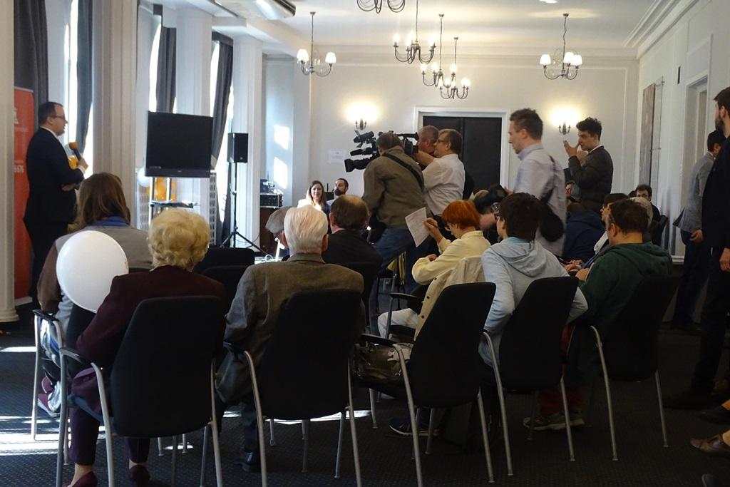 zdjęcie: kilkadziesiąt osób siedzi na sali konferencyjnej