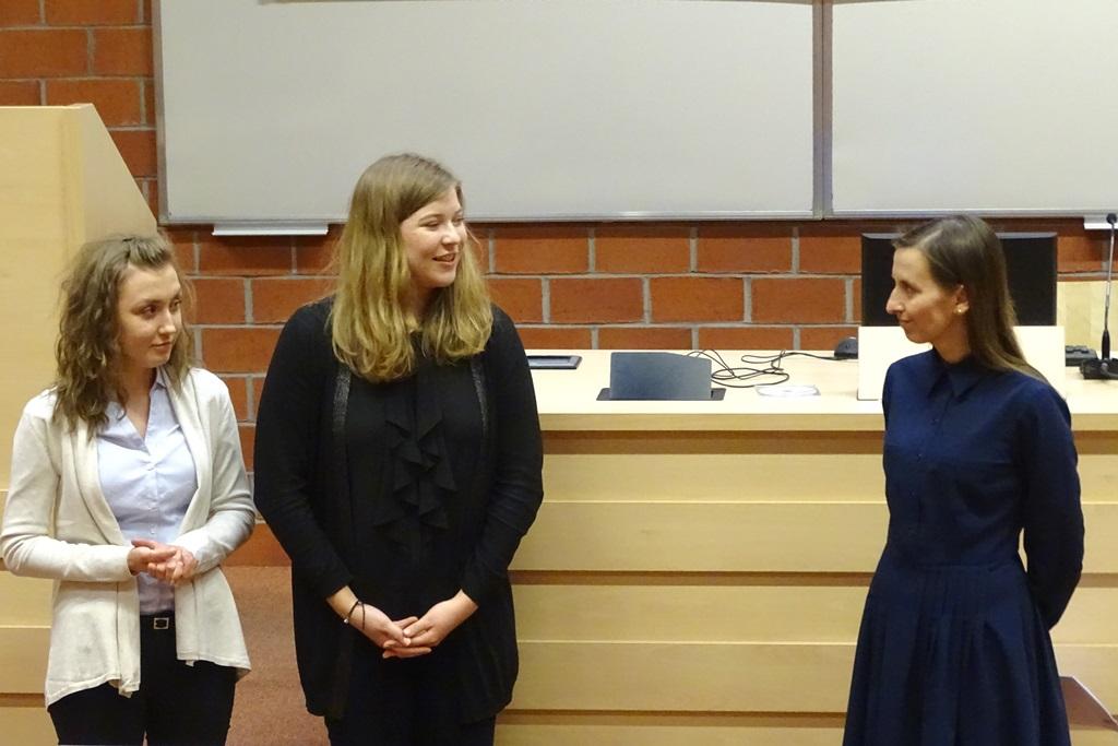 Młode kobiety rozmawiają w sali wykładowej