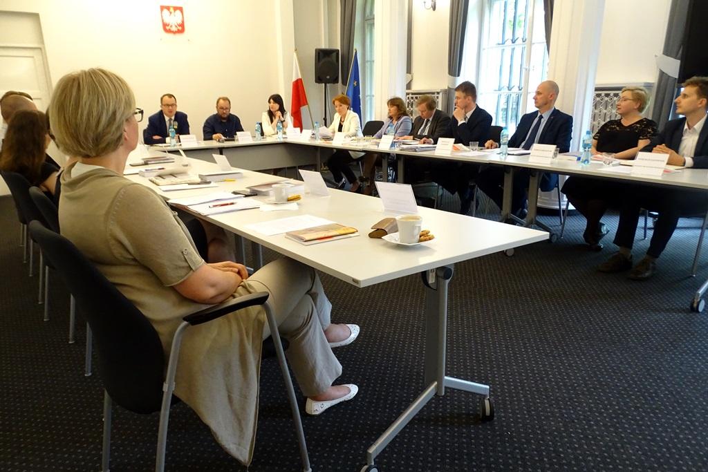 zdjęcie: osoby siedzą przy stołach konferencyjnych