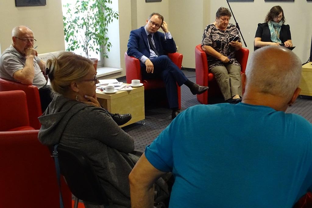 Zdjęcie: nowoczesne wnętrze, ludzie rozmawiają