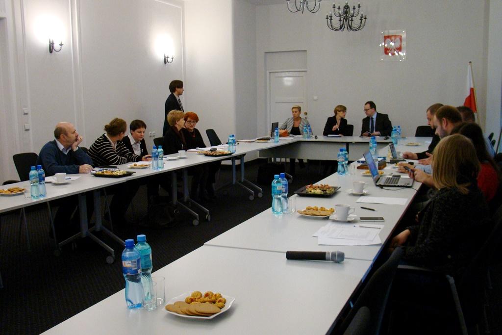 Ludzie siedzą przy stole w Biurze RPO
