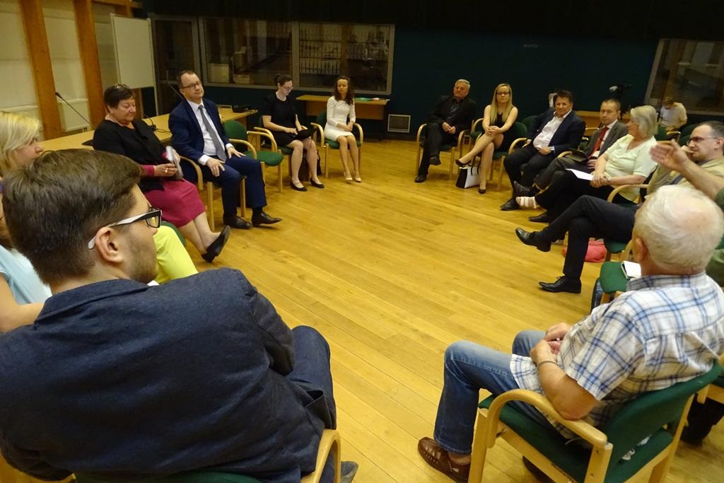 Zdjęcie: ludzie siedzą w kręgu