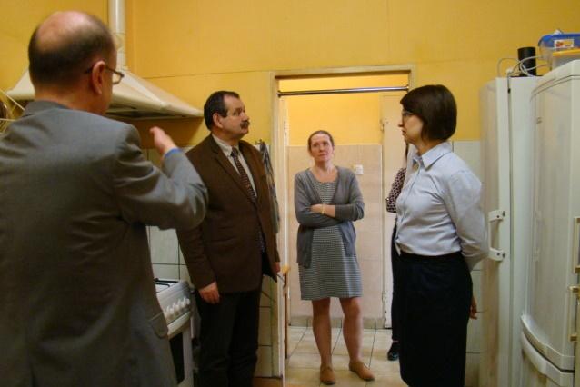 zdjęcie: dwia kobiety i dwóch mężczyzn stoi w kuchni