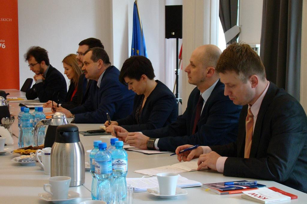 zdjęcie: przy stole siedzi kilka osób