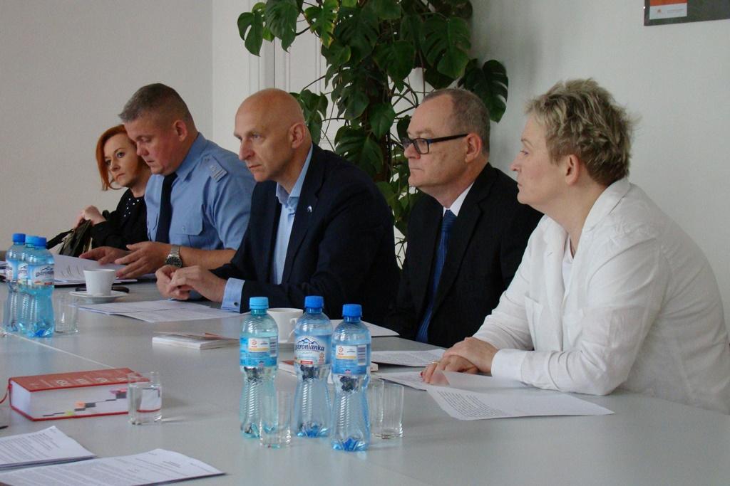 zdjęcię: kilka osób siedzi przy stole