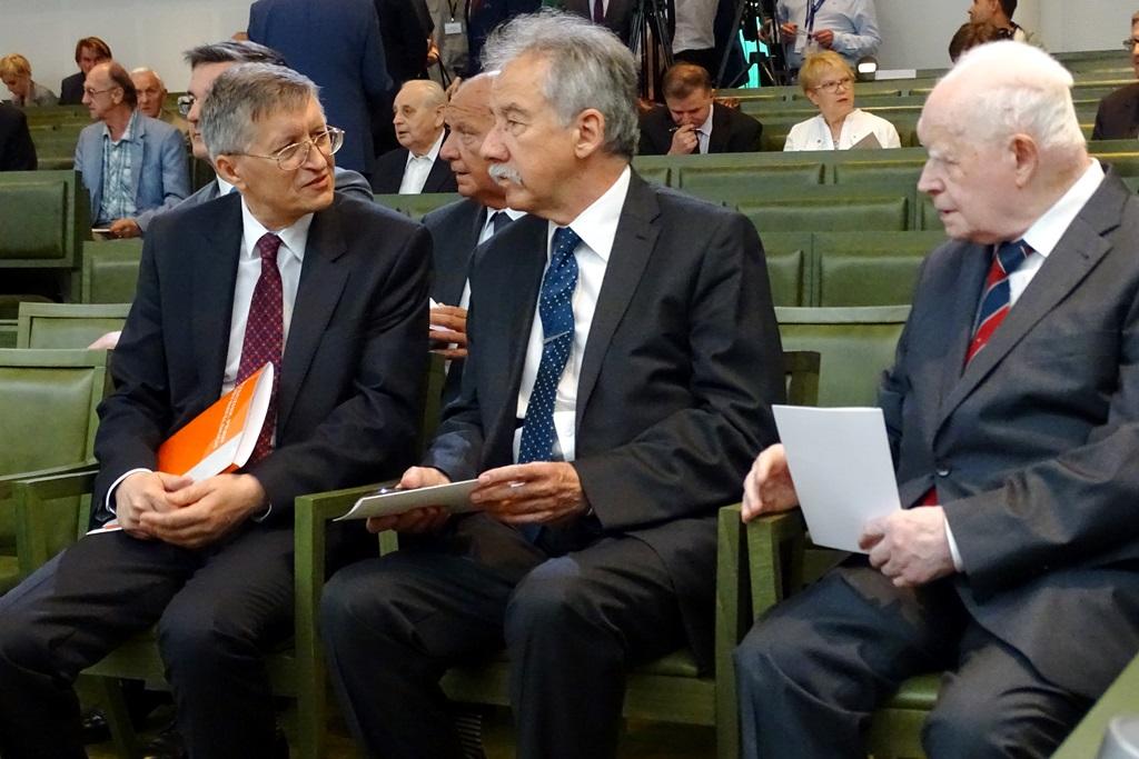 Mężczyźni na sali