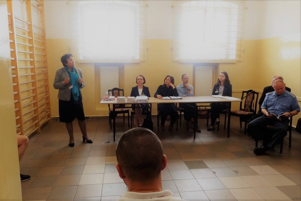 zdjęcie: za stołem siedzą trzy kobiety i mężczyzna, po prawej stronie stoi kobieta która przemawia