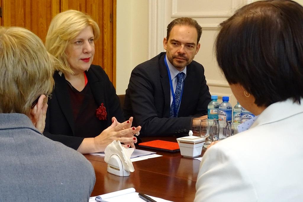 zdjęcie: na kobieta w blond włosach i mężczyzna w garniturze siedzą przy stole