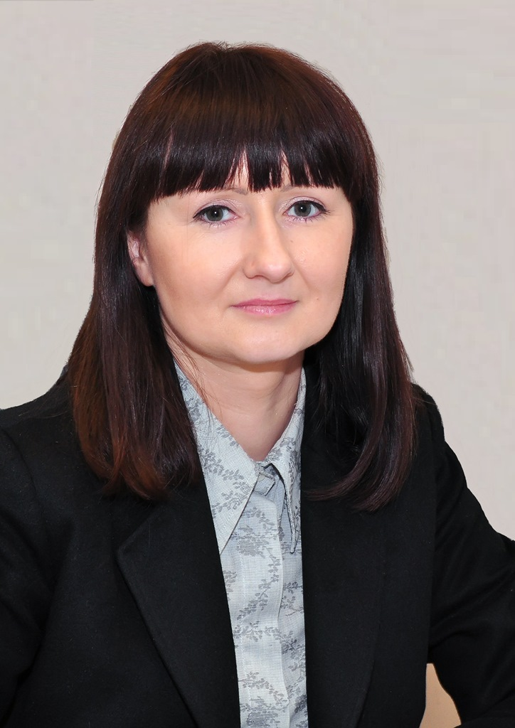 zdjęcie: kobieta w ciemnej marynarce i jasnej koszuli