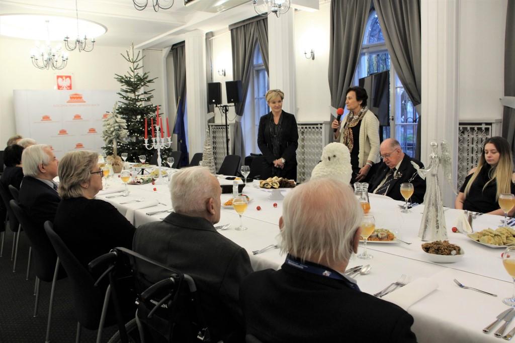 Ludzie przy świątecznym stole, dwie kobiety stoją
