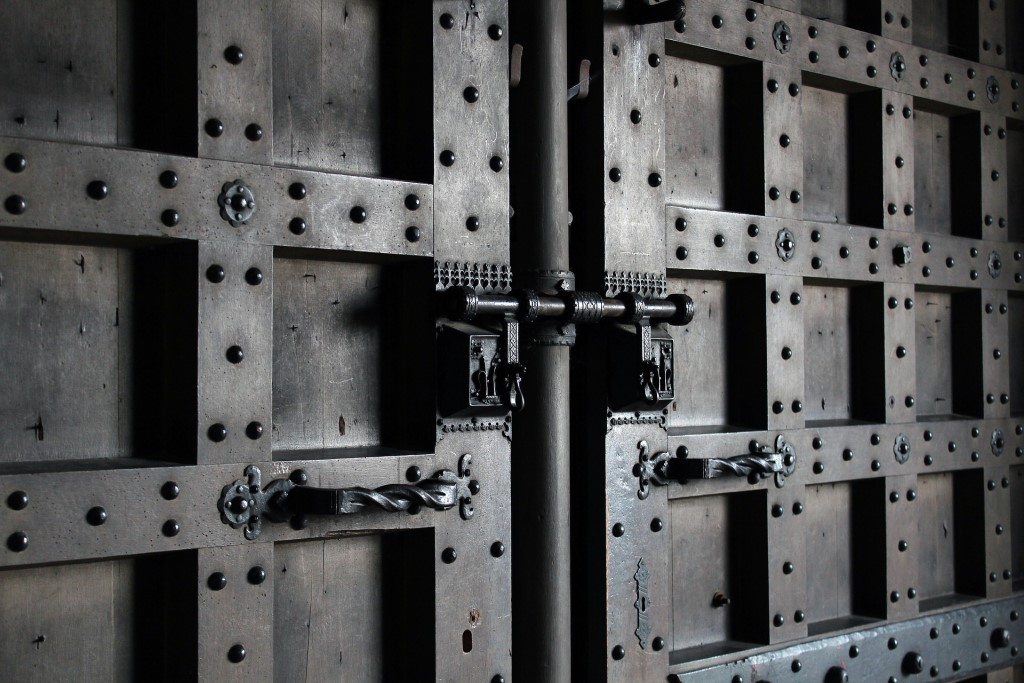 Zdjęcie pancernych drzwi z założonymi sztabami