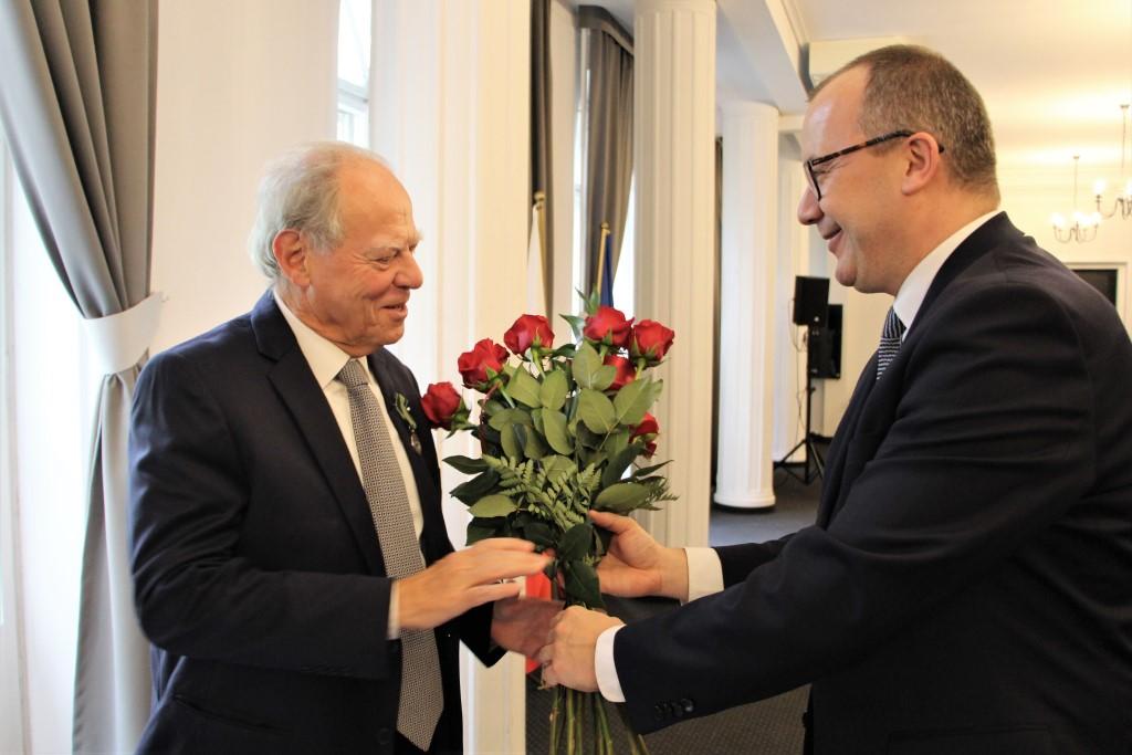 Osoba otrzymuje kwiaty