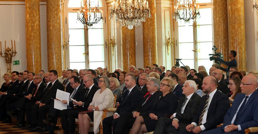 zdjęcie: nasali siedzi kilkadziesiąt elegancko ubranych osób