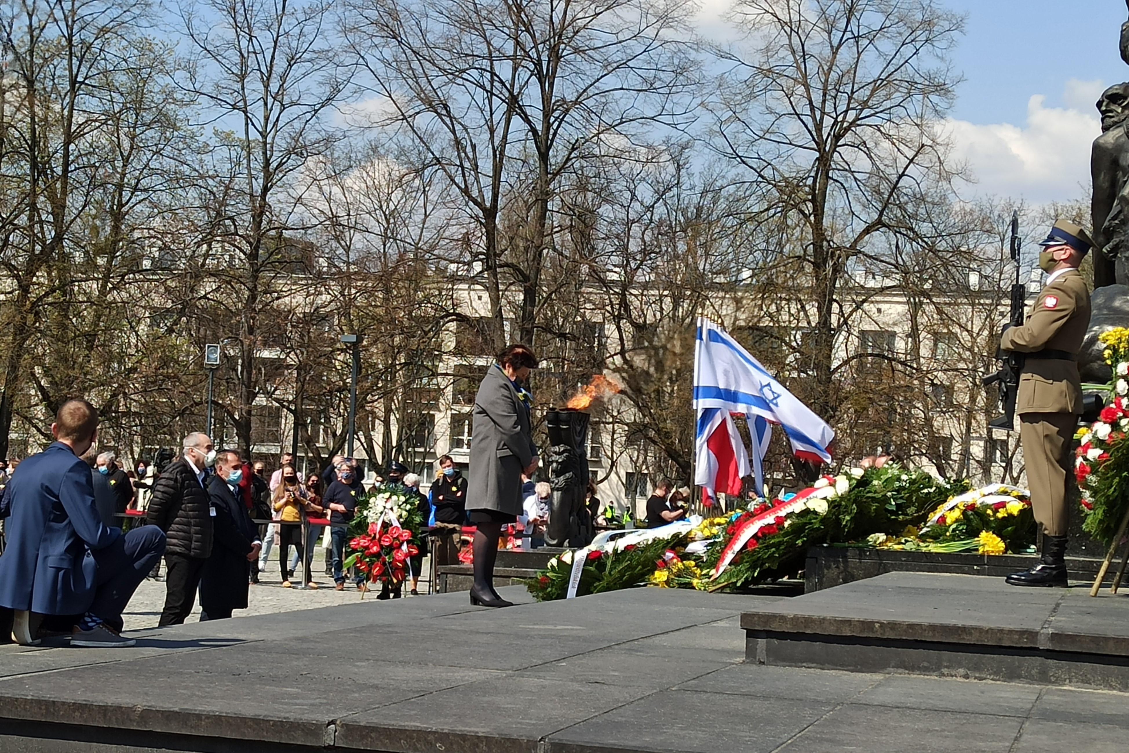 Zastępczyni RPO dr Hanna Machińska złożyła wieniec pod Pomnikiem Bohaterów Getta