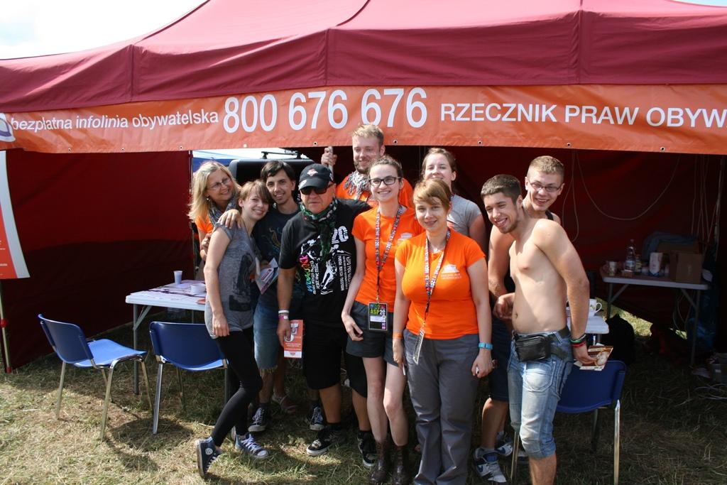 na zdjęciu pracownicy BRPO z uczestnikami Woodstocku i Jerzym Owsiakiem
