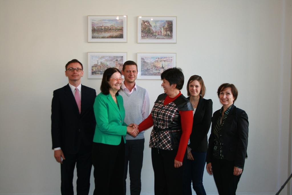 na zdjęciu prof. Irena Lipowicz i Valeriya Lutkovska podają sobie dłoń