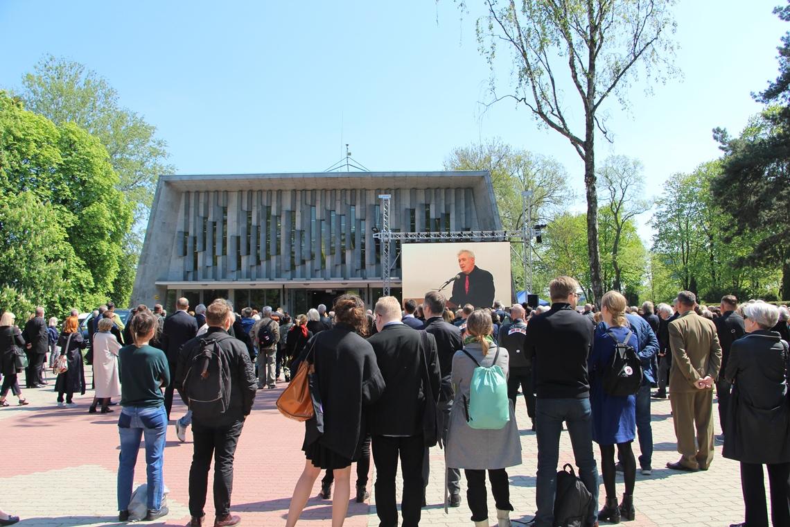 Ludzie stojący przed domem pogrzebowym