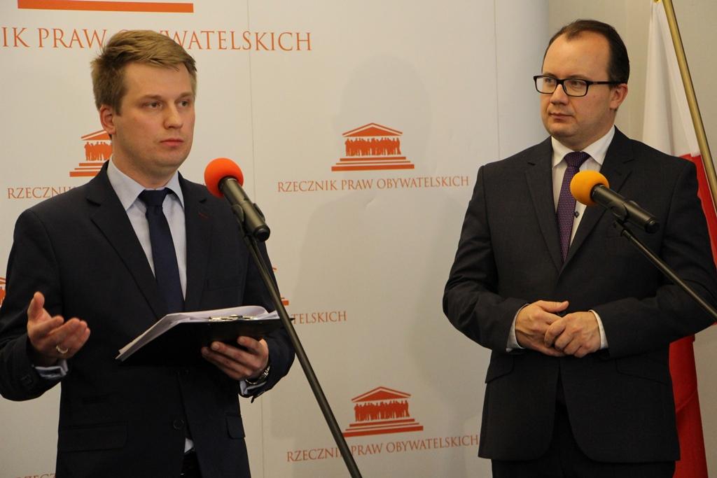 zdjęcie: przy mikrofonach dwaj mężczyźni