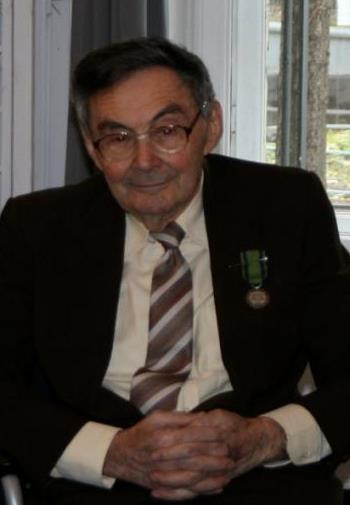Mężczyzna w garniturze z odznaczeniem