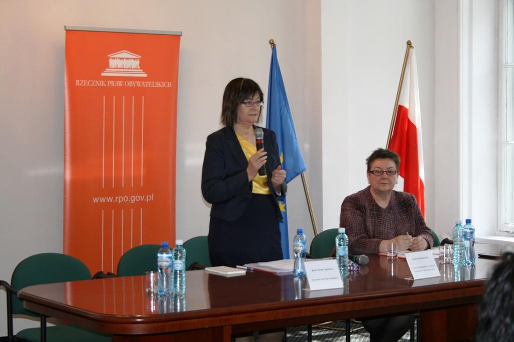 Na zdjęciu przemawia prof. Irena Lipowicz, przy stole prezydialnym siedzi Barbara Imiołczyk - Główny Koordynator ds. Komisji Ekspertów i Rad Społecznych
