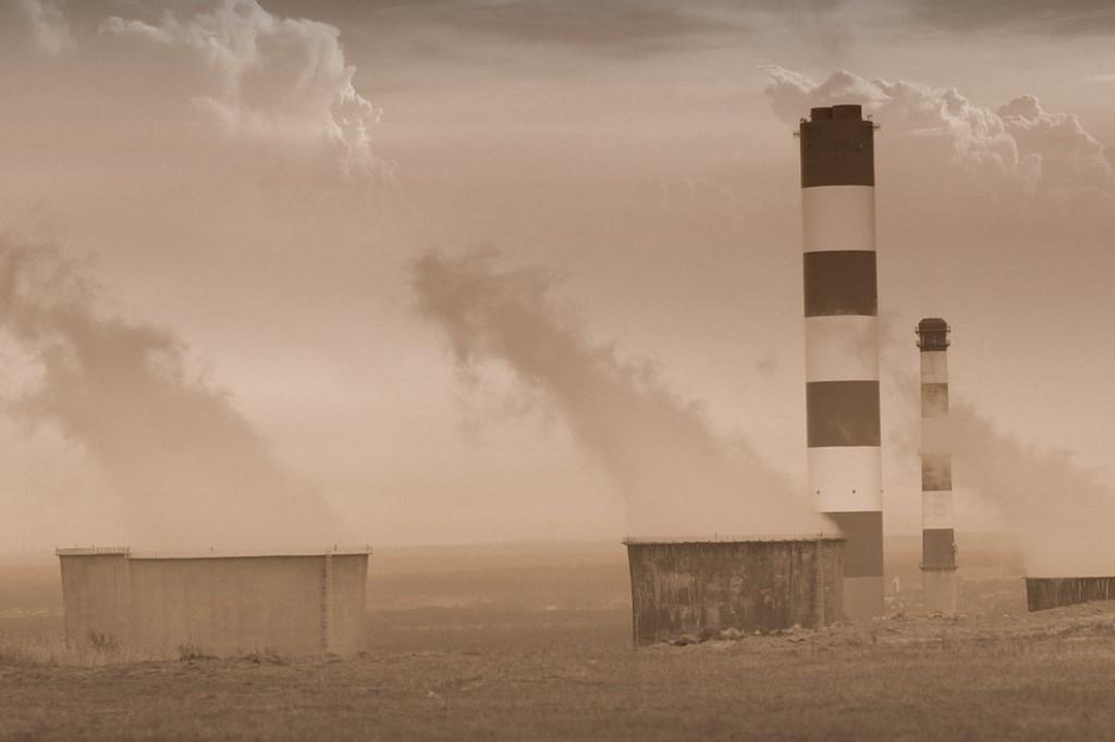 Dymiące kominy fabryczne