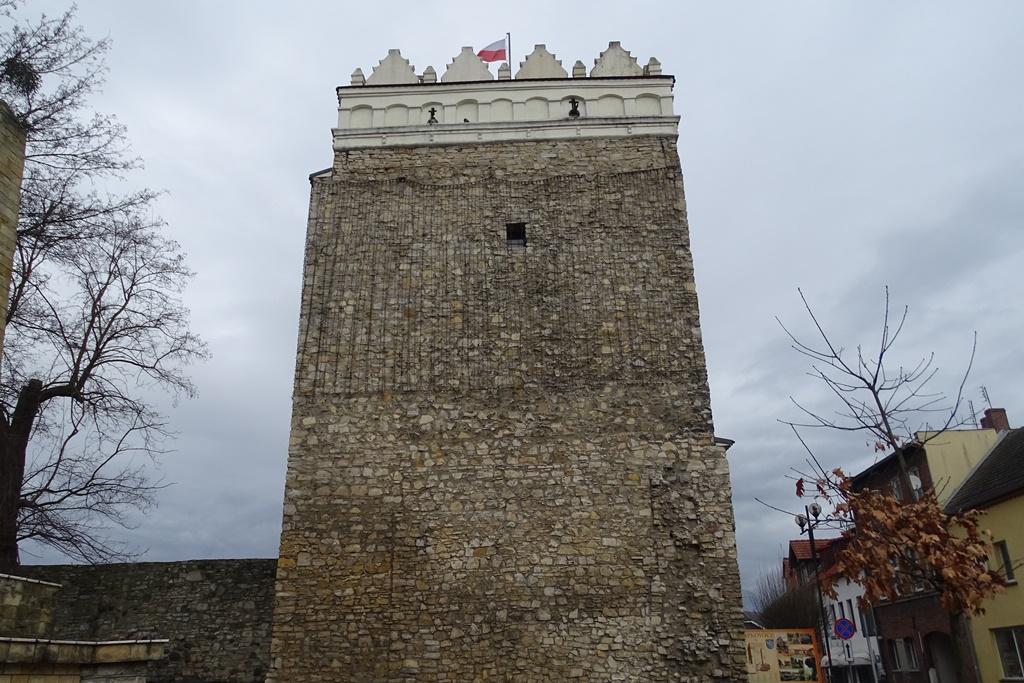 Baszta przy murach obronnych, na szczycie - biało0czerwona flaga