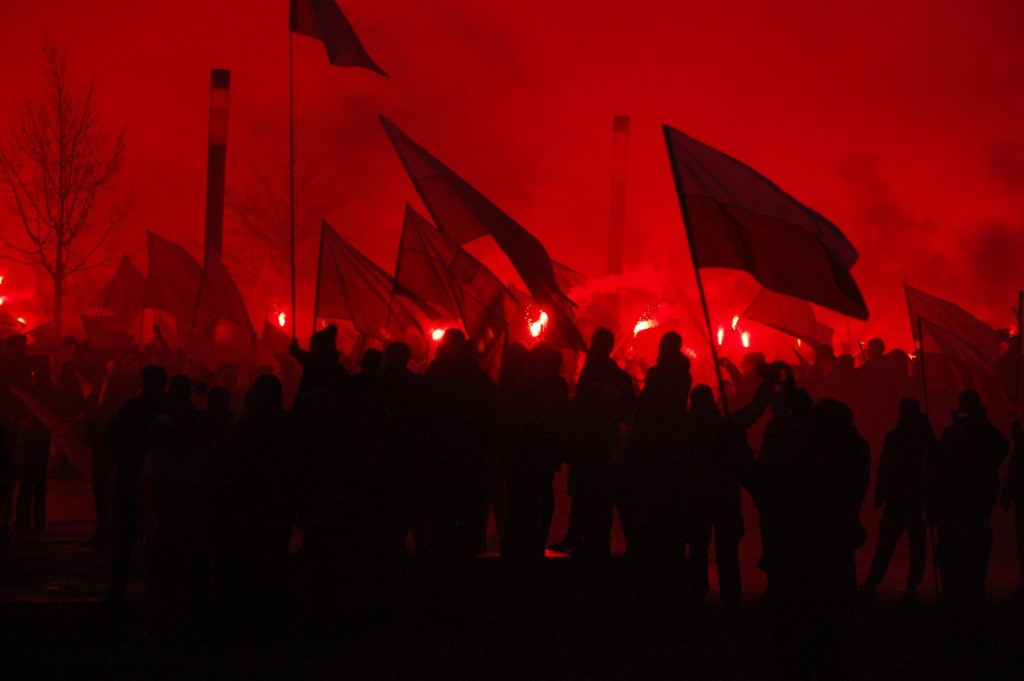 manifestanci na ulicy w ciemnym świetle