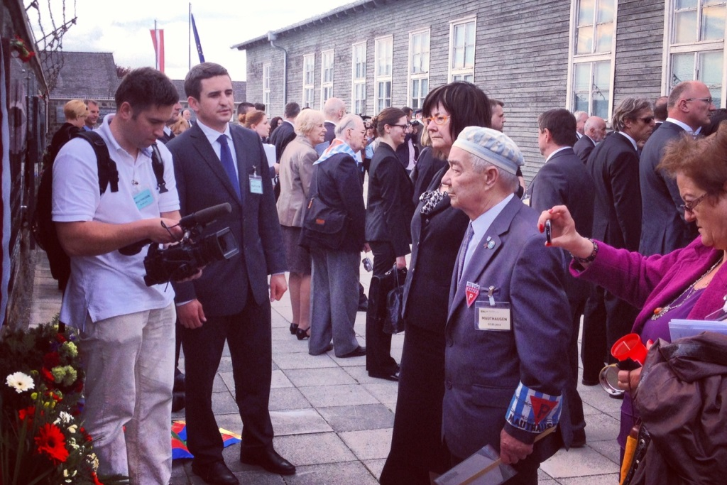 Na zdjęciu prof. Irena Lipowicz i inni uczestnicy spotkania podczas uroczystości w obozie Mauthausen-Gusen